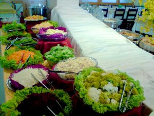 数10種類のサラダと前菜からスタートする