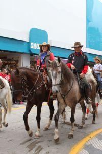 カトリックの宗教行事で、モジ市街を馬で行進する筆者夫妻
