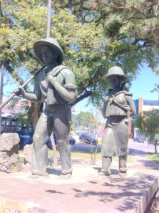 ダウンタウンの移民広場にある日本人移民家族の銅像