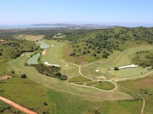 丘陵から海岸に向けて広がるブジオス・ゴルフクラブ