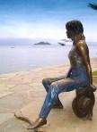 美しいブジオスの海を眺めるブリジット・バルドーの銅像