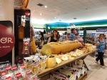 切り売りされる巨大なチーズ