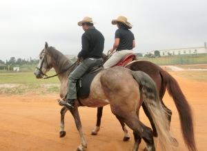 ロマリアに向けて乗馬練習をする筆者夫妻