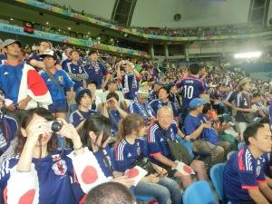 スタンドをサムライ・ブルーで彩った遠来の日本人サポーター